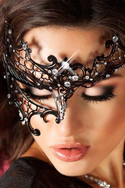 Maske mit Asymmetrie